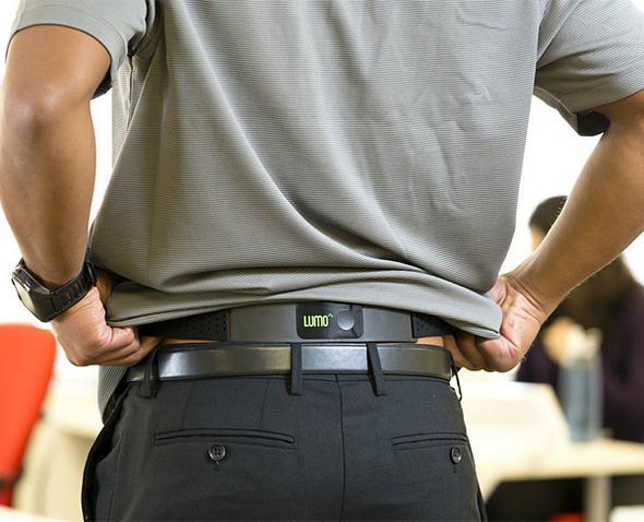 Lumoback  Ofiste geçirilen uzun saatler, bilgisayar başında harcanan uzun zamanlar çoğu kişiye birer sırt ağrısı olarak geri dönüyor. Şekilsiz oturma biçimleri sonuç olarak size bir kambura mal olabiliyor. İşte Lumoback sırt eğriliğine geçit vermek istemeyen bir akıllı cihaz. Bel bölgenize bağladığınız Lumoback, yamuk durduğunuz her an size titreşim vererek sizi uyarıyor. Ayrıca kaç adım attığınız, ne kadar süre oturduğunuz, kaç kalori yaktığınız hakkında da bilgi veren cihaz 150 dolar fiyatla ön siparişte.