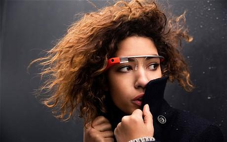 Google Glass  X laboratuvarlarında geliştirilmekte olan Project Glass'a ait ilk video yayınlandığında, artırılmış gerçeklik sunan bir kafa üstü ekranın insan hayatıyla modern teknolojiler arasındaki bütünleşmeyi günümüzün akıllı telefonlarından çok daha öteye taşıyabileceğini gösteren Google, geçen ay Glass Explorer programının katılımcılarını özel ürünleriyle buluşturmaya başlamıştı. Bir yandan geliştiricileri bu yeni nesil taşınabilir elektroniğin sınırlarını zorlamaları için teşvik eden internetvi, Project Glass'ın resmi Youtube kanalı üzerinden ilk video paylaşımını gerçekleştirdi. Glass'ın nasıl kullanıldığını açıklayan videoda, aygıtın arayüzünden kesitler de sunuluyor.