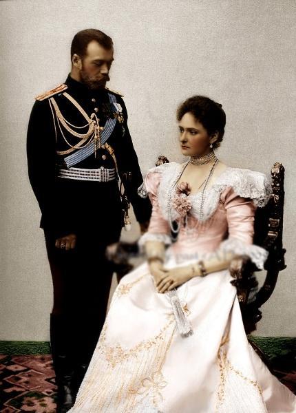 Onlar yaptıklarıyla adlarını tarih kitaplarına yazdırdılar. Yaşadıkları aşklar da yaptıkları gibi dilden dile dolaşıp adeta destanlaştı. İşte dünyanın en ünlü 10 aşk hikayesi...  Czar Nicholas II ve Alexandra Federovna / 1800'lerin sonu ve 1900'lerin başı - Rusya  Nicholas, Rusya'nın gelecekteki Sezar'ı, güzel Alman prensesi Alexandra'ya aşık olmuş. Tarafların aile baskılarına rağmen birlikteliklerini kimseden saklamadan yaşamaktan çekinmemişler. Bolşevikler Rus kraliyet ailesini esir aldığında, Alexandra ve Nicholas birlikte idam edilmiş.