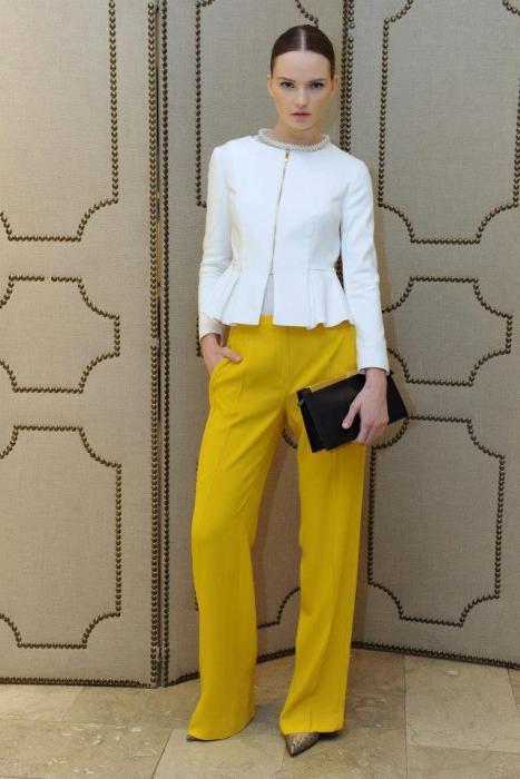 Bol paça sarı pantolonuzla ve siyah çantanızla cuma şıklığı yakalamanız mümkün
