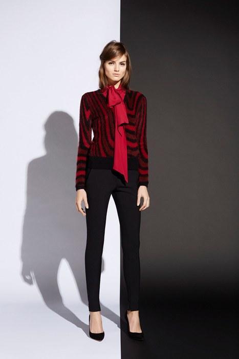 Dar paça siyah pantolonuzla ve kırmızı fularınızla cuma şıklığı yakalayabilirsiniz