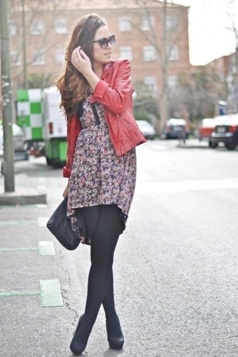 Çiçekli kısa elbisenizle ve kırmızı deri ceketinizle cuma şıklığı yakalamanız mümkün