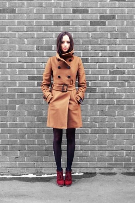 Açık kahverengi paltonuzla ve kırmızı süet botlarınızla cuma şıklığı yakalayabilirsiniz
