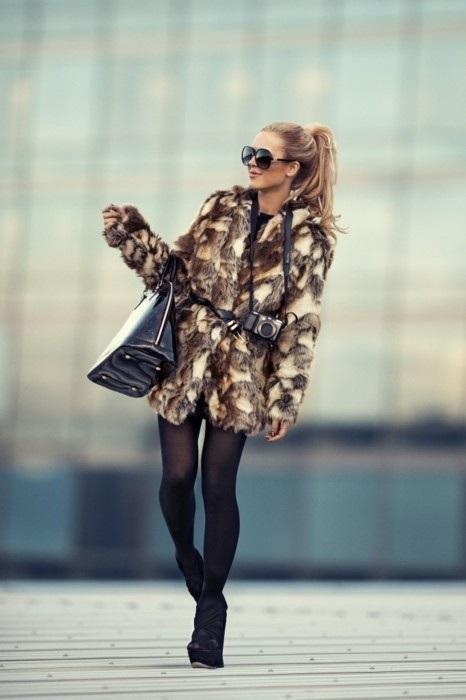 Leopar desenli kürkünüz ve siyah topuklu ayakkabınızla cuma şıklığı yakalamanız mümkün