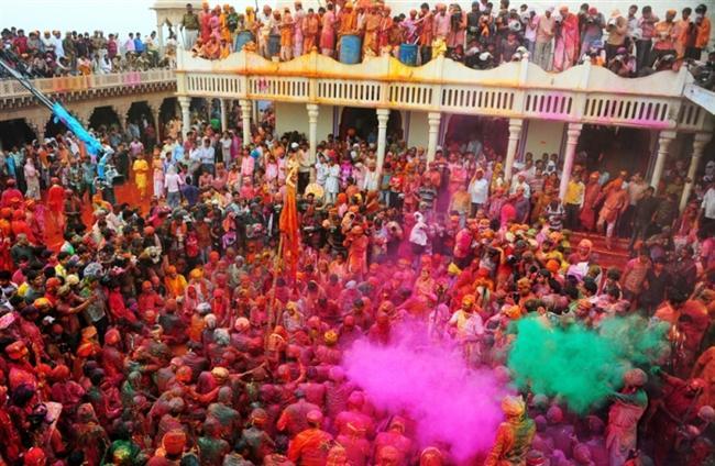 Holi — Hint Topluluklarının olduğu her yerde  Ne Zaman: 12-18 Mart  (2014)  Nerede: Hindistan, Nepal, Sri Lanka, ve Amerika gibi göçmen Hintlerin olduğu her yerde.  Neden Gitmelisiniz: Holi Festivali aynı zamanda Renk Festivali olarak da biliniyor. Etrafa rengarenk boyaların saçıldığı bu festivalde modern bir sanat eserine kolaylıkla dönüşmeniz mümkün. Ayrıca kendi boyanızı götürmeyi unutmayın.