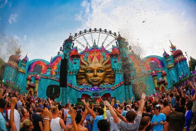 Tomorrowland — Boom, Belçika  Ne Zaman: 27 – 29 Haziran (2014)  Nerede: Boom, Belçika  Neden Gitmelisiniz: Tomorrowland dünyanın en büyük elektronik müzik festivallerinden bir tanesi. Her yıl 100,000 turist geceyle gündüzü birbirine karıştırmak için Belçika'ya akın ediyor.