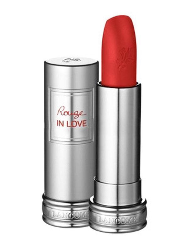 Gelelim makyajınızın en temel parçasına... Siyahı daha da çarpıcı bir hale getirmek istiyorsanız mutlaka kırmızı bir ruj sürmelisiniz...