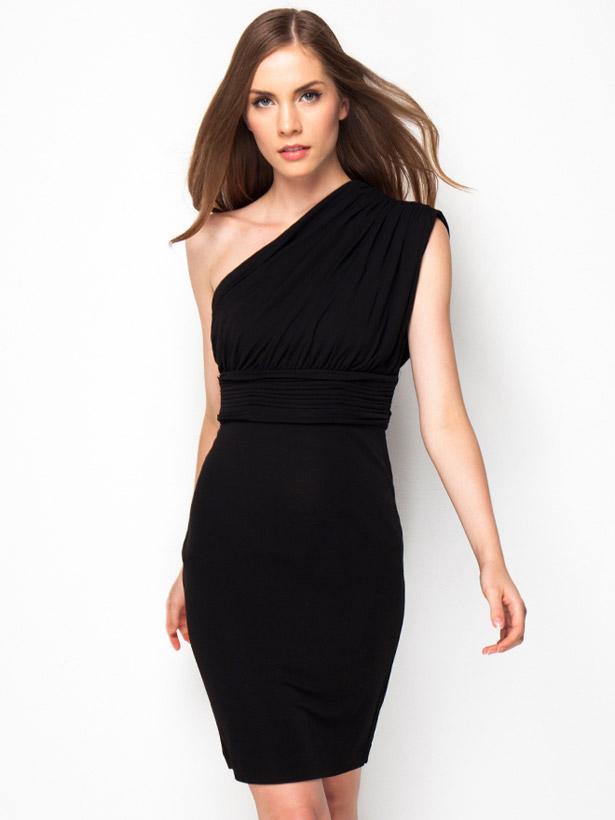 Diğer kombinimizin ilk parçası sade ama gösterişli olmak isteyen mahmure kadınları için tek omuzlu siyah elbise...