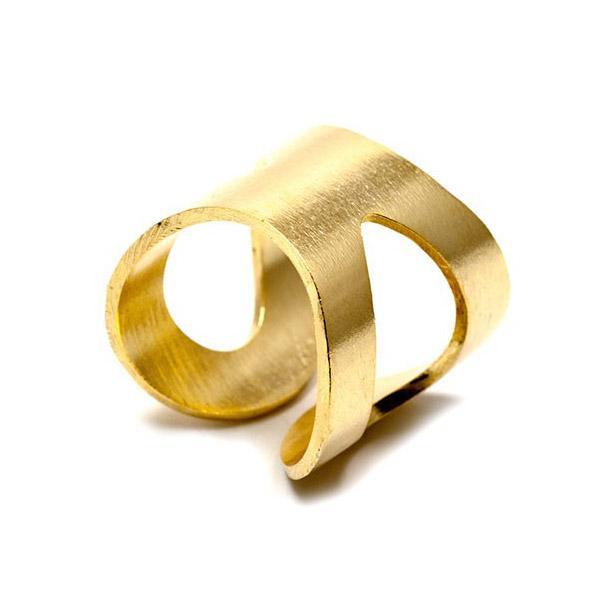 Altın rengi bu yüzük, kolye ve bilekliğiniz ile bütünlük sağlayacak.