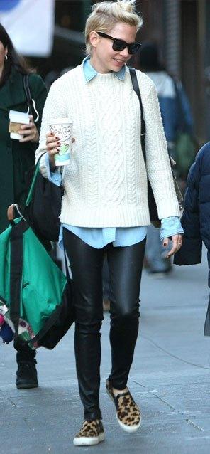 """Bu hafta """"Kim Ne Giydi?"""" bölümünde eşsiz stiliyle Michelle Williams'i ele aldık. Ünlü oyuncu sabahın erken saatlerinde kızıyla birlikte yürüşe çıkmış ama şıklığından ödün vermemiş. Mavi gömlek üzerine giydiği örgü kazak ve deri pantolon altına giydiği leoparlı ayakkabılarıyla hem tiki-şık hem de rocker bir hava yaratmış. Galerimiz içerisinden Michelle'in üzerindeki kıyafet ve aksesuarları satın alarak siz de aynı stili yakalayabilirsiniz. Hadi sizin için seçtiğimiz parçalara bir göz atın..."""