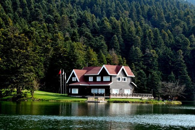Abant, Bolu  Kış aylarının vazgeçilmezi konumundaki Abant, doğal güzelliği, ormanı, yeşilliği ve muhteşem manzarası ile size huzurun içinde olduğunuzu hissetirecek bir mekan konumunda...