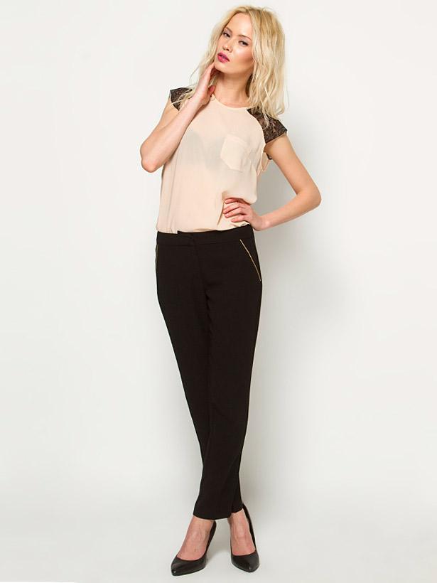 Fermuar detaylı cepleri olan bu dar paça siyah pantolonu, pudra rengi kazakla rahatça kullanabilirsiniz.
