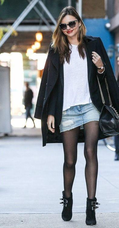 """Daha önce """"Kim Ne Giydi?"""" bölümünde Miranda Kerr'i siyah pantolonu, kot ceketi ve beyaz gömleği ile ele almıştık. Miranda'nın bu haftaki sokak stili ise beyaz tişört, kot etek ve siyah ceket. Ünlü manken aynı renkleri farklı ürünlerle kombinlemiş ve her zamanki gibi sokak stilinde ilham kaynağı olmaya devam ediyor... Galerimiz içerisinden Miranda'nın üzerindeki kıyafet ve aksesuarları satın alarak siz de aynı stili yakalayabilirsiniz. Hadi sizin için seçtiğimiz parçalara bir göz atın..."""