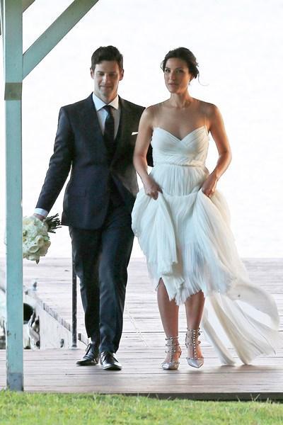 Bir başka evlilik haberi ise The Hangover (Felekten Bir Gece) filmiyle tanınan Justin Bartha'dan geldi. Aktör bir yıl önce nişanlandığı spor eğitmeni Lia Smith ile Hawai'de dünyaevine girdi.