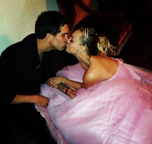 The Big Bang Theory'nin yıldızı Kaley Cuoco ise Ryan Sweeting ile yılbaşı gecesi aile ve arkadaşlarının katıldığı bir törenle evlendi.