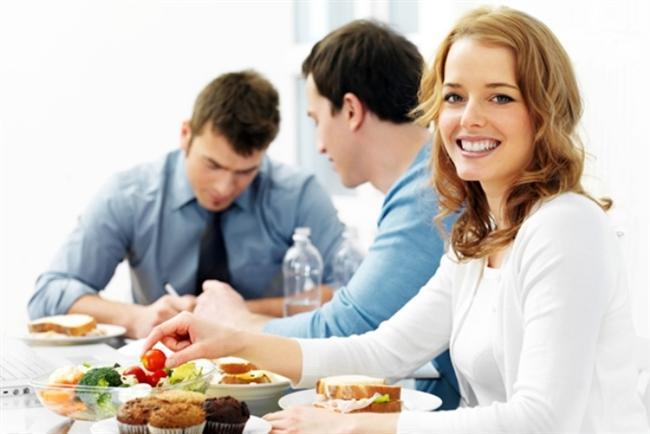 Öğlen yemeklerini işyerinde yemek yerine (masanızda oturarak bir erkek bulamayacağınız kesin) kalabalık bir restorana gidin. Yakışıklı bir erkeğin yakınlarına oturun ve onunla göz teması kurmaya çalışın.