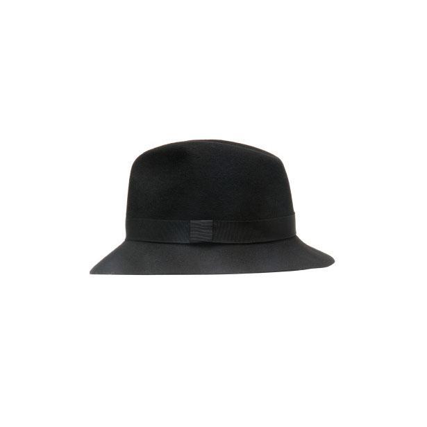 Son olarak maskülen modeliyle dikkat çeken formal fedora şapka ile grunge stilinizi tamamlayabilirsiniz.  Artık stil sahibi bir mahmure kadını olarak bu haftaya hazırsınız!