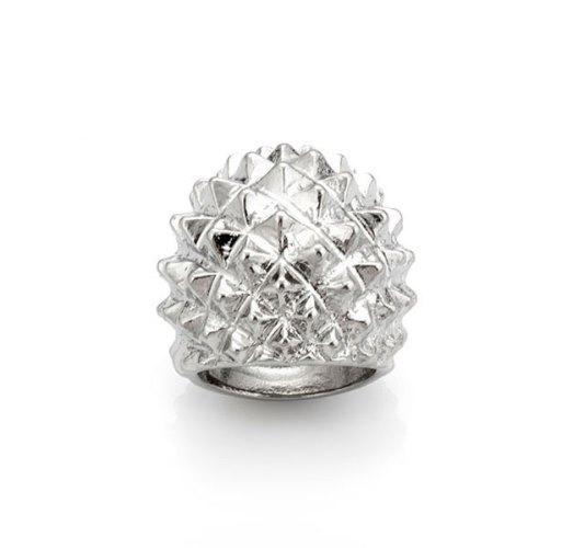 Aksesuar olarak bu gümüş rengi dikenli yüzüğü tercih edebilirsiniz