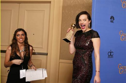 Ödül kazandığı açıklandığında tüm kameralar kendisine odaklanmışken bir kez daha küfür etti Moss. Top of the Lake ile Mini Seri Dalında en iyi kadın oyuncu ödülünü kazanan Elizabeth Moss, ödülü kabul konuşmasında da yine küfür içeren bir kelime kullanmak üzereyken son anda kendini tuttu.