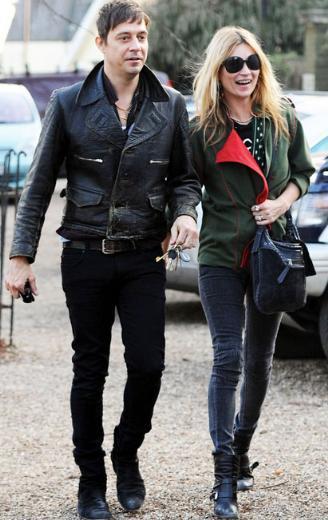 Moss daha sonra bir başka müzisyen Jamie Hince ile yaşadığı aşkla gündeme geldi.