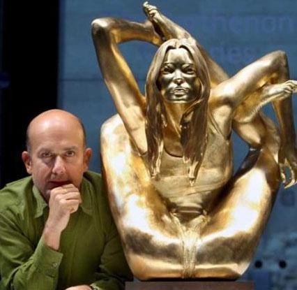 Marc Quinn, günümüzün duru güzelliğinin simgesi olarak nitelendirdiği Moss'un 3.3 metre boyunda ve 55 kilo ağırlığında altından bir heykelini yaptı.