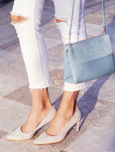 Oğlak  İşe gidip gelirken rahat edebileceği bir ayakkabı verin Oğlak kadınına, onun için şıklık kadar sağlıklı ve rahat olması da önemlidir. Klasikle modern arasında, kullanımı kolay ve içinde rahat edebilecekleri topuklular onlara göredir.