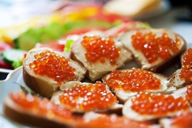 Havyar  Roma İmparatorluğu'ndan bu yana pahalı ve lüks bir lezzet. Hazar Denizi'nde yaşayan mersin balığından elde edilen yumurtaların tuzlanmasıyla hazırlanır. Şampanyayla çok iyi gider.