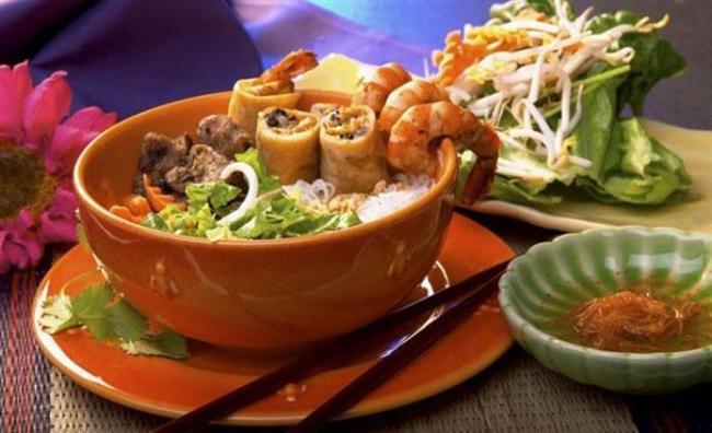 Thai yemeği  Ekşi, tatlı, acı ve tuzlu tadların baharatlarla zenginleştirilmiş hali. Ana malzeme pirinç. Zaten Thai dilinde yemek yemek, pirinç yemek demek. Başlangıç, ana yemek, tatlı gibi bir ayrım yok. Yemek sonrası taze meyve dışında bir şey de yok.
