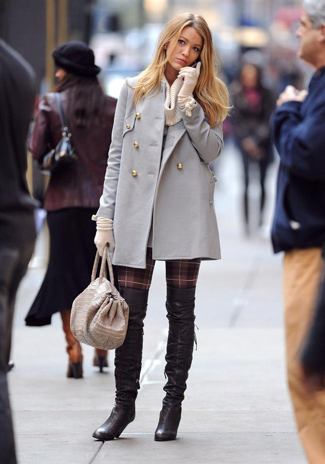 """Bu hafta """"Kim Ne Giydi?"""" bölümünde Gossip Girl"""" dizisinin yıldızı Blake Lively'i ele aldık. Tarz olarak Kate Moss'dan esinlenen ünlü oyuncu, klasik stillere kendi kişiliğini katarak daha enerjik ve renkli bir görünüm elde etmeyi başarıyor. Eldiven, ekose tayt ve uzun çizmeli bu kıyafet tercihinde yine renkli bir stil yakalamış. Galerimiz içerisinden Lively'in üzerindeki kıyafet ve aksesuarları satın alarak siz de aynı stili yakayalayabilirsiniz. Hadi sizin için seçtiğimiz parçalara bir göz atın..."""