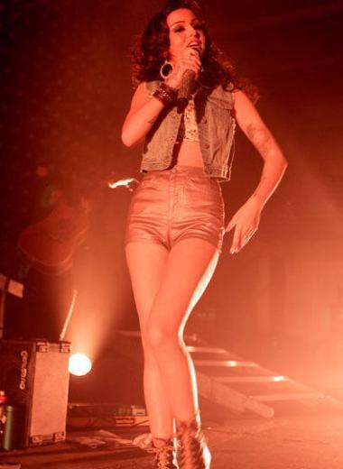 Cheryl Lloyd da 1.57 cm boyunda.