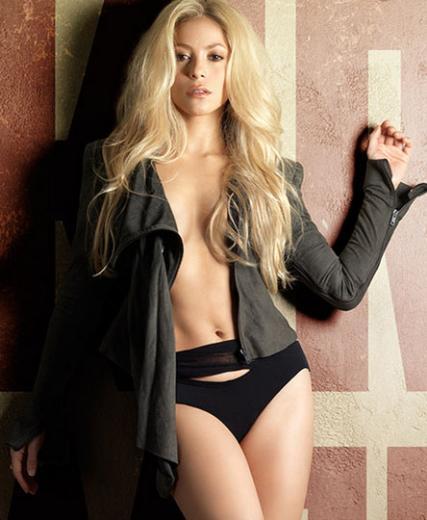 Shakira da kısa boylu ünlülerden. Onun boyu 1.50 cm.