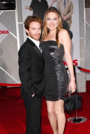 Seth Green, 1.60 cm boyunda. Eşi kendisinden daha uzun boylu.