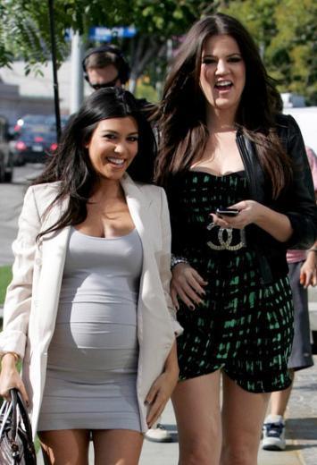 Kourtney Kardashian'ın boyu da kısa. Boyu, 1.52 cm. Kardeşi Khloe Kardashian'ın boyu ise 1.77 cm.