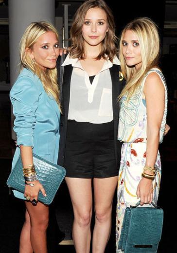 Olsen ikizleri Mary Kate ve Ashley 1.57 cm boyunda. Küçük kardeşleri Elizabeth'in boyu ise 1.70 cm.