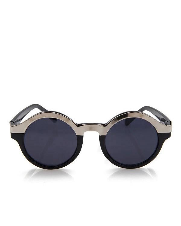 Aksesuar olarak kemik çerçeveli mavi tasarım bir gözlük tercih edebilirsiniz