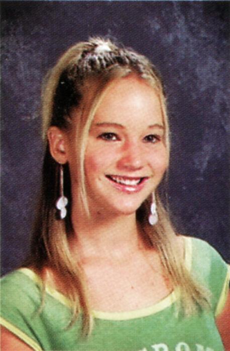 Jennifer Lawrence, 15 Ağustos 1990 yılında Louisville, Kentucky'de doğdu. 14 yaşında oyuncu olmaya karar verdi ve ailesiyle birlikte bir yetenek avcısına başvurdu. Liseden 2 yıl erken mezun oldu ve oyunculuk kariyerine başladı. Oscar, Altın Küre, SAG ödüllerini kazandı. Kariyerindeki en bilinen rolleri Silver Linings Playbook filmindeki Tiffany Maxwell ve Açlık Oyunları filmindeki Katniss Everdeen'dir. En İyi Kadın Oyuncu Oscarı'nı kazanan en genç 2. kişidir.