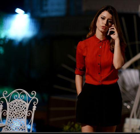 Kırmızı gömlek – Burberry  Siyah şort – Arzu Kaprol