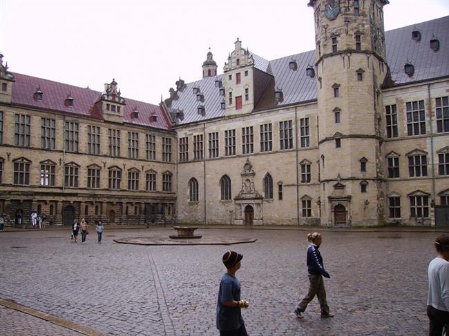 Kronborg Kalesi  Danimarka'da bulunan Kronborg Kraliyet kalesi Kuzey Avrupa tarihinde önemli bir rol oynadığı gibi Danimarka halkı için de çok büyük bir sembolik değer taşır. Çalışmalarına 1574 yılında başlanan bu muhteşem Rönesans kalesi, günümüze kadar bozulmadan gelen bir kale olma özelliği de taşır. Shakespeare'in Hamlet oyunundaki Danimarka Kraliyet Sarayı Elsinore'ye de ilham kaynağı olmuştur.