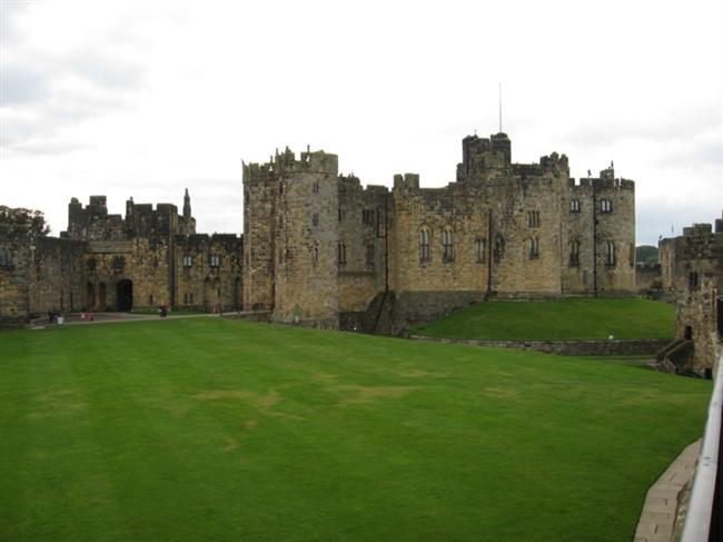 Alnwick Şatosu  İngiltere'deki Aln Nehri civarında bulunan kale, İngiltere'nin kuzey sınırını İskoç istilalarından korumak amacıyla 11. Yüzyılda inşa edildi. Harry Potter filminin çekimlerinin gerçekleştiği Alnwick Şatosu, şimdilerde ziyaretçi akınına uğruyor.