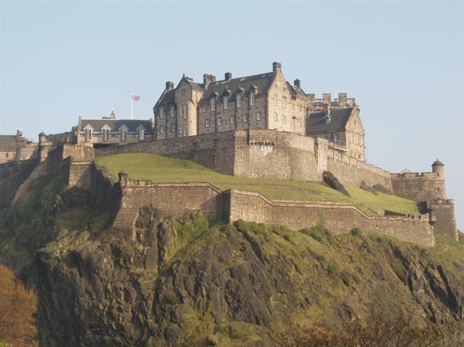 Edinburgh Kalesi  İskoçya'nın Edinburgh şehrinde bulunan kale, 1753 yılında yapılmıştır.  Kale her zaman korumakta, İskoç hududunun merkezi ve askeri müze olarak hizmet görmektedir. Tarihi kalıntıların izlerini görebileceğiniz kale her yıl milyonlarca ziyaretçiyi ağırlamaktadır.