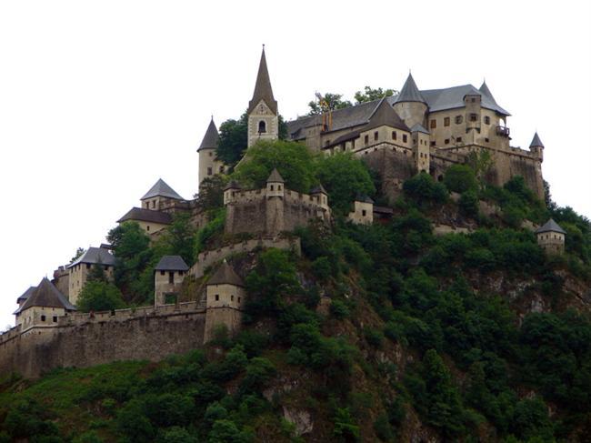 Hochosterwitz Kalesi  Avusturya'nın en etkileyici Ortaçağ kalesidir. 16. Yüzyılda inşa edilen kale, Türk istilalarından korunmak amacıyla yapılmıştır. 160 metre yüksekliğinde ve kayalıkların üzerine konumlandırılmıştır. Şatoya 14 kapıdan geçerek ulaşılabilmektedir.
