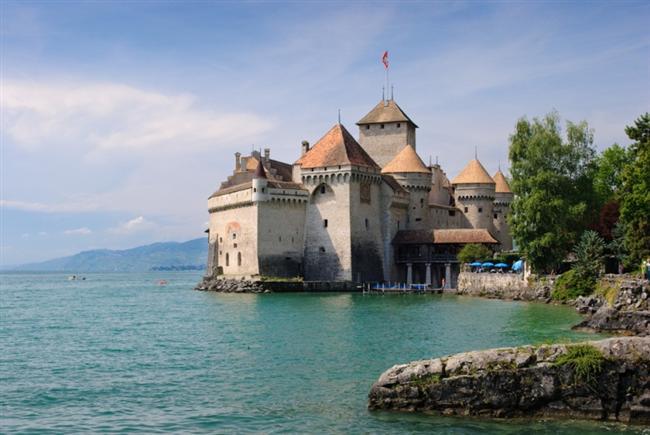 Chillon Şatosu  İsviçre'de bulunan Château de Chillon ya da Chillon Şatosu, Cenevre gölünün doğu kıyısında yer alır. Yapılış tarihi hakkında kesin bir yoktur. Ancak ilk yazılı kayıtlarına 1160'larda rastlanmıştır. Şato 12. Yüzyıl dolaylarında  Savoie Hanedanı tarafından kullanılmıştır ve hiç kuşatmaya uğramamıştır. Günümüzde ise ziyaret ve turlar için çok ilgi çekmektedir.