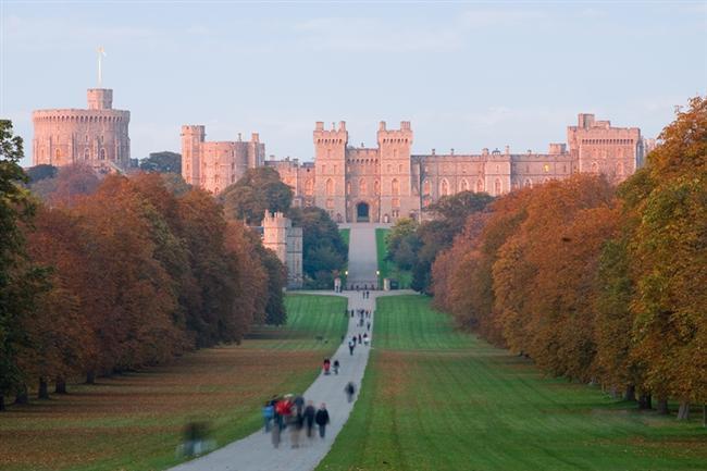 Windsor Kalesi  İngiltere'nin Windsor şehrinde bulunan Windsor Kalesi ya da Sarayı'nın temelleri I. William zamanına aittir. İngiltere'nin birçok kral ve kraliçesinin ikamet ettiği saray, özellikle Kraliçe II. Elisabeth için büyük önem taşırdı ki,  yılın birçok hafta sonunu burada geçirirdi. Ayrıca, Windsor Sarayı tarihin en uzun ikamet edilen sarayı unvanını taşıyor.