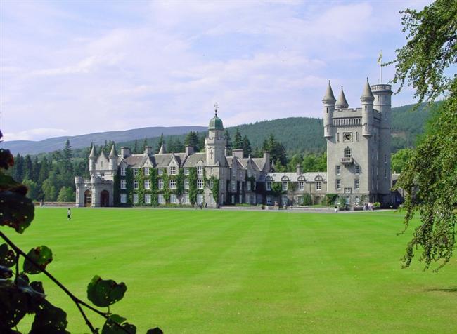 Balmoral Şatosu  İskoçya'da bulunan ve 1848'de yapımına başlanan Balmoral Şatosu,  İskoç Kraliyet Ailesi'ne bir süre ev sahipliği yapmış, 1852'de Prens Albert tarafından Kraliçe Victoria için satın alınmıştır. Şimdilerde ise dünyanın dört bir tarafından ziyaretçilerini ağırlamaktadır.
