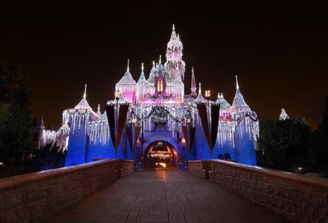 """Uyuyan Güzel Şatosu  Amerika'nın California eyaletindeki Disneyland'da bulunan ve Uyuyan güzel masalından esinlenerek inşa edilen Beauty Castle Sleeping (Uyuyan Güzel Şatosu) her yaşta ziyaretçinin ilgisini çekiyor.  <a href=  http://foto.mahmure.com/yasam/istanbulun-mutlaka-gormeniz-gereken-45-mekani_38366 style=""""color:red; font:bold 11pt arial; text-decoration:none;""""  target=""""_blank""""> İstanbul'un Mutlaka Görmeniz Gereken 45 Mekanı!"""