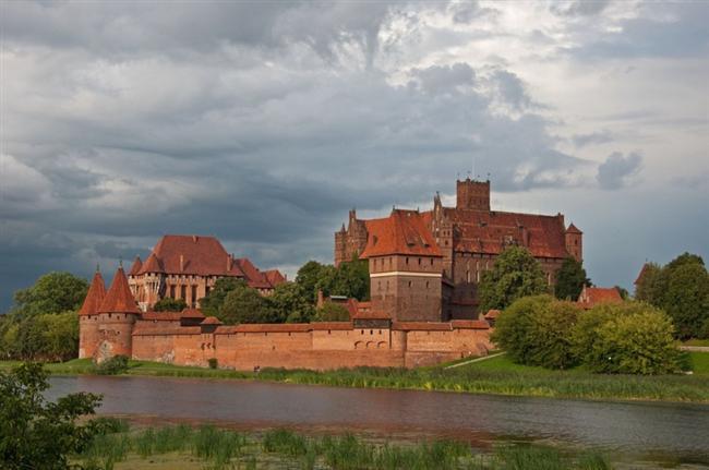Malbork Kalesi  Polonya'nın Malbork şehrinde bulunan Malbork Kalesi, dünyanın en büyük kalesi olma özelliğini taşıyor. Ortaçağda yapılan kale, Unesco tarafından da dünya mirası listesine alınmıştır. Aynı zamanda Avrupa'nın en büyük tuğla yapıtı olma özelliğini taşımaktadır.