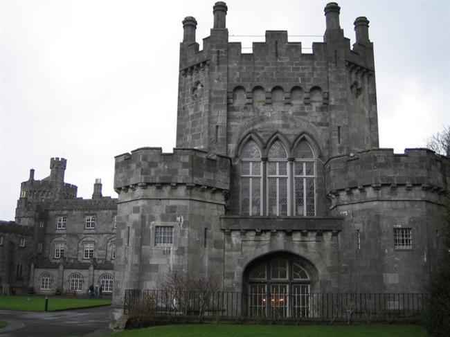 Kilkenny Şatosu  İrlanda'da bulunan Kilkenny Şatosu, William Marshal tarafından 1195 yılında inşa edilmiştir. Şimdilerde ise konferans ve toplantı salonu olarak hizmet vermekte olan tarihi bir mekân özelliği taşır.