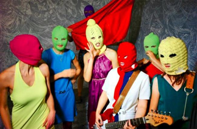 Pokazatelnyy Protsess Pussy Riot: Bir Punk Duası  Pussy Riot isimli kadınlardan oluşan punk grubunun Moskova'da bir katedralde sahneledikleri olaylı performans sonrası kendilerine karşı açılan dava sürecini konu alan belgesel, Putin dönemi Rusya'sına ve feminist bir kolektifin nasıl olup da Dünya gündemine yerleştiğine ışık tutan bir nitelikte.