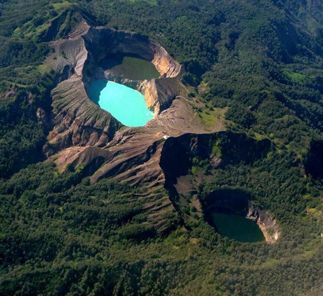 Kelimutu, Endonezya  Dünyanın en aktif volkanların bulunduğu Endonezya'daki Kelimutu volkanik krateri ilginç özelliğe sahip. Kelimutu volkanik krateri ilginç kılan 3 farklı renkteki krater gölüdür. Volkanik aktivitilerden sonra göller renk değiştirir. Hangi renk ve ne zaman değişeceği tahmin edilemez.