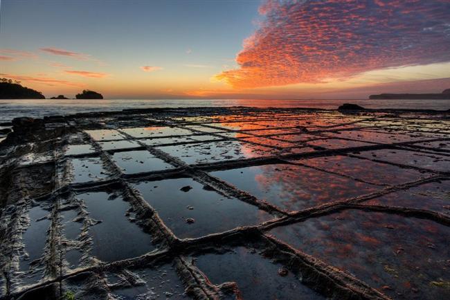 Tazmanya, Mozaik Kaldırım  Mozaik Kaldırım, dünyanın katı dış katmanlarının çok nadiren oluşturduğu tortul yapılardan meydana geliyor. Yeryüzü kabuğunun baskısıyla kırılan kayalar, dörtgen bloklar halinde çatlamış ve katmanlar oluşturmuş.